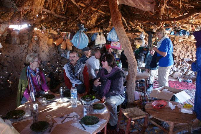 Die Tische und das ganze Essen wurde hierher gekarrt