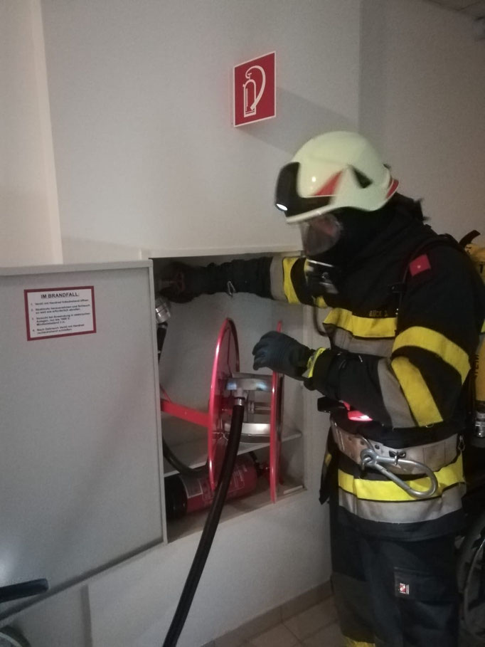 Atemschutzträger bei einer der Schlauchleitungen die im gesamten Komplex verteilt sind.