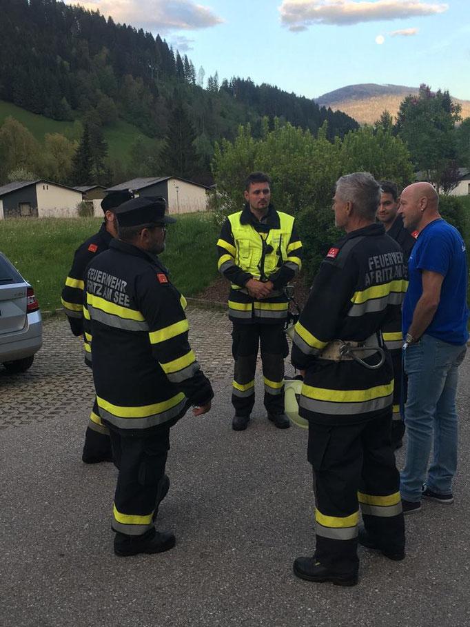 Abschlussbesprechung mit dem Einsatzleiter und dem Brandschutzbeauftragten des Pflegeheims