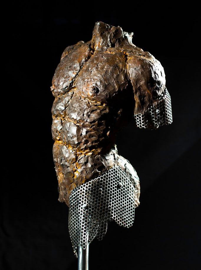 L'homme de fer, argile noire,