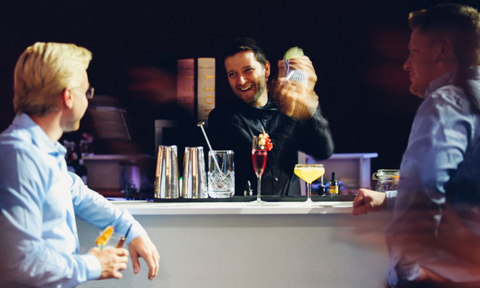 Oli mixt einen Cocktail von Goldstaub Barcatering Potsdam.