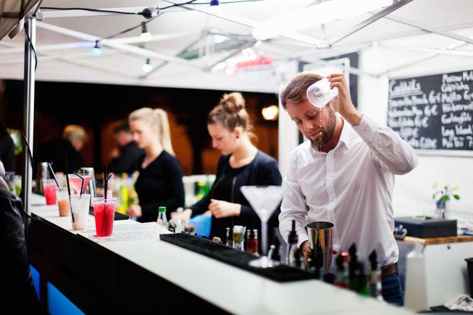 Das Team von Goldstaub Barcatering mixt Drinks.