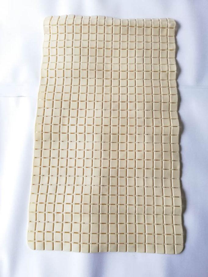 Tappeto doccia/vasca antiscivolo di forma rettangolare con quadratini tinta unita 40x70 cm. Col.Panna. B781