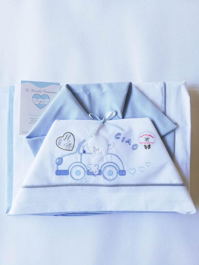 Completo lenzuola lettino ricamato Mio Piccolo con fascia di colore. Col.Celeste. C082