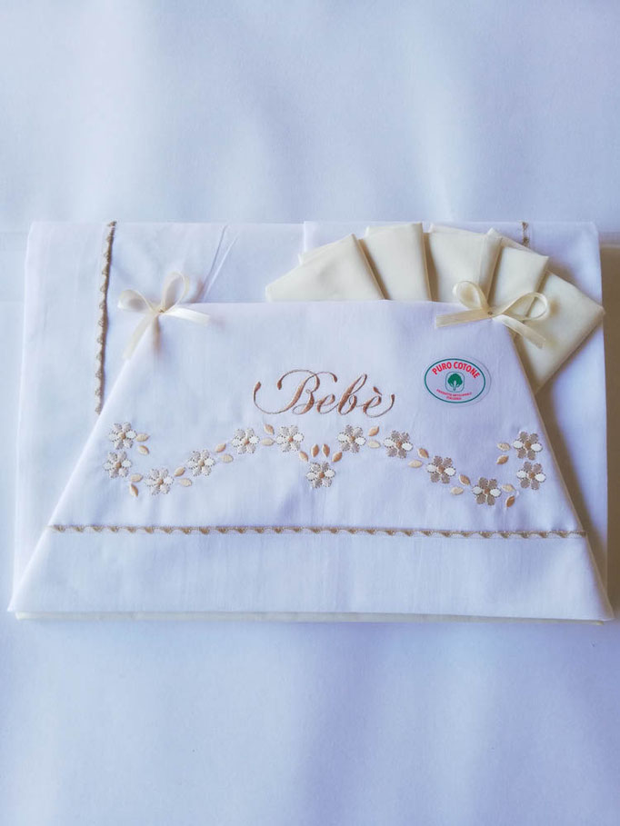 Completo lenzuola lettino ricamato Batuffolini con ricamo e scritta bebè. Col.Panna. C084