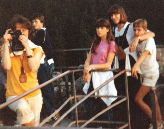 Frau Bliesath mit Fotiaperat sowie Antje und Gloria im Hintergrund.