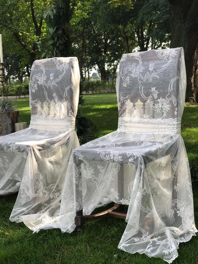 Brautpaarstühle mit hochwertiger Spitzenhusse