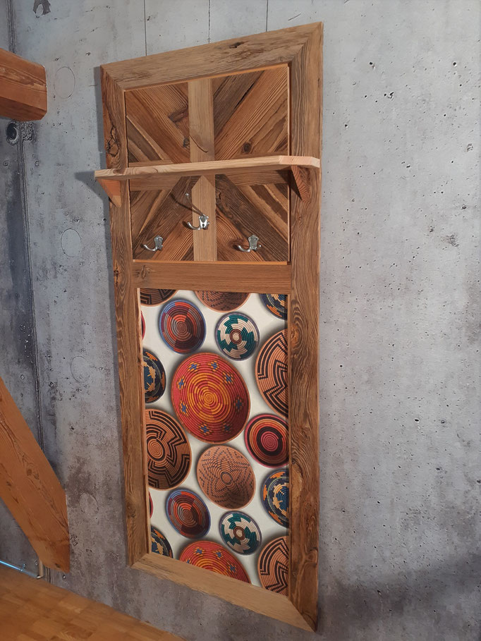 Garderobe in Altholz, Tapete, 3 Kleiderhaken und Tablar, grösse 1715 mm höhe x 710 mm breite Fr.550.00