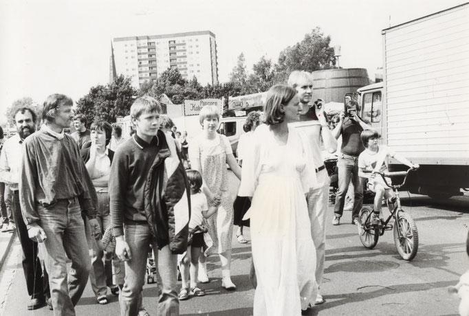 Cordula Schultz mit der Friedensgruppe in Bewegung. Wo? In Trappenkamp. Wann? 1983.