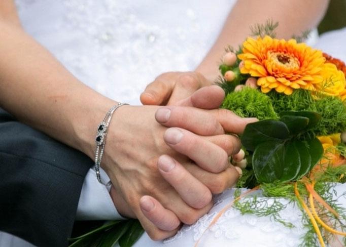 Hände eines Brautpaars, Foto von Thomas Konstandin