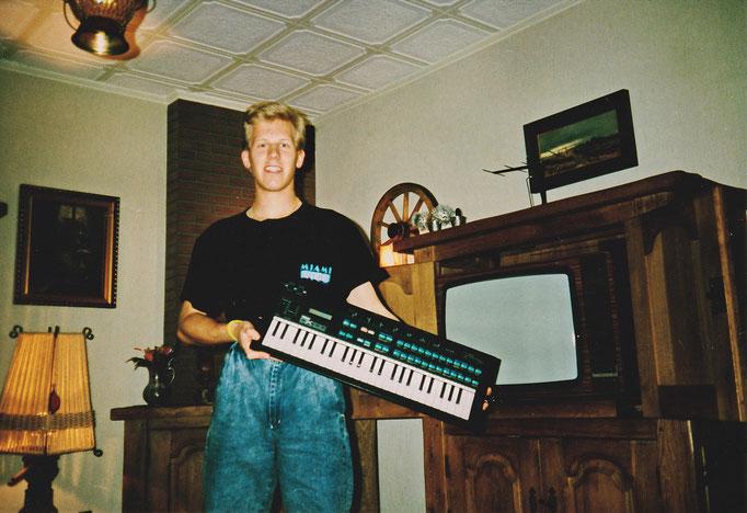 1987 - Der Anfang mit einem Yamaha DX100 FM-Synthesizer (nach der Bontempi Orgel)