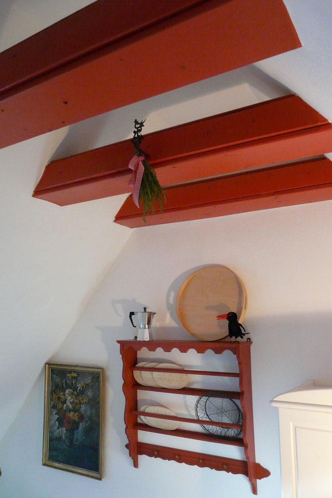 Rote Balken in der Küche bringen eine angenehme Stimmung