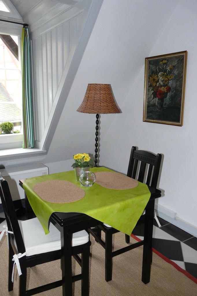 Schwarzer Esstisch und schwarze Stühle passen wunderbar in die Ferienwohnung