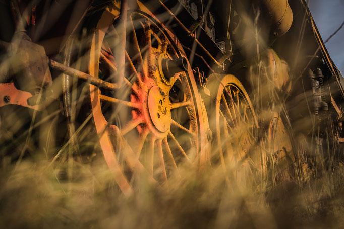 Roestige wielen van een oude stoomlocomotief