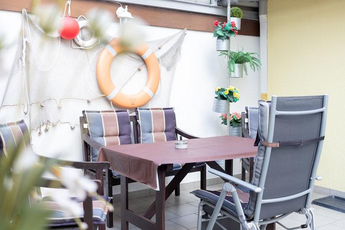 überdachte Sitzecke im Außenbereich