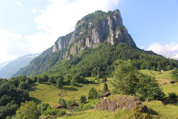Der Loibstock thront hoch über dem Weiler Understock.  Bild: C. Schatzmann