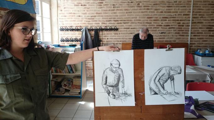 Margaux dessine d'après modèle vivant.