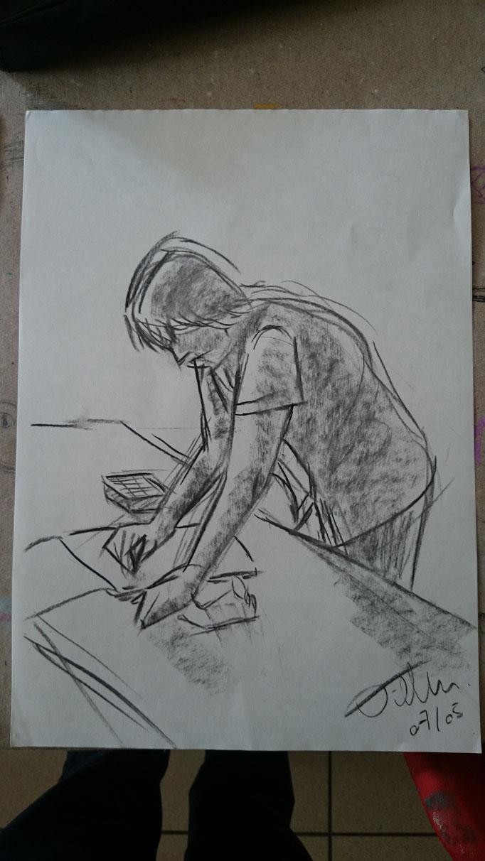 Paco dessine d'après modèle vivant.