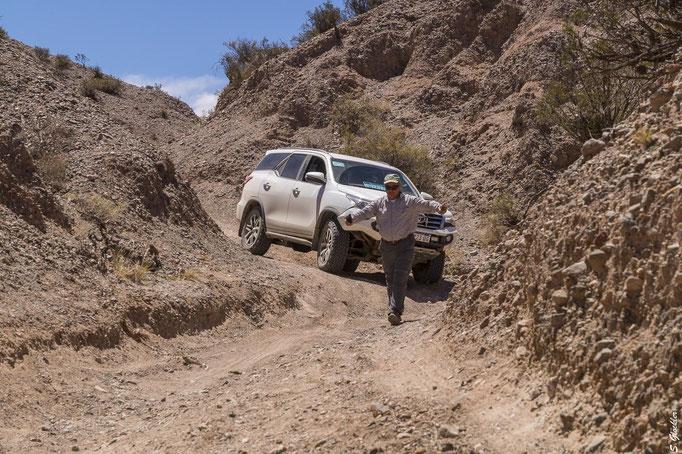 Guide Fernando gibt den Fahrern Anweisungen und zeigt den Weg