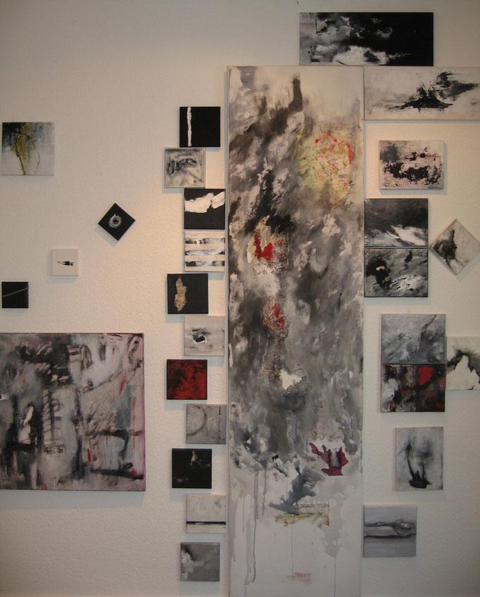 """""""Einfach schräg"""" - Acryl auf Leinwand -31 Bilder auf der Wand komponiert - 10 x 10 bis 50 x 200 - 2008"""