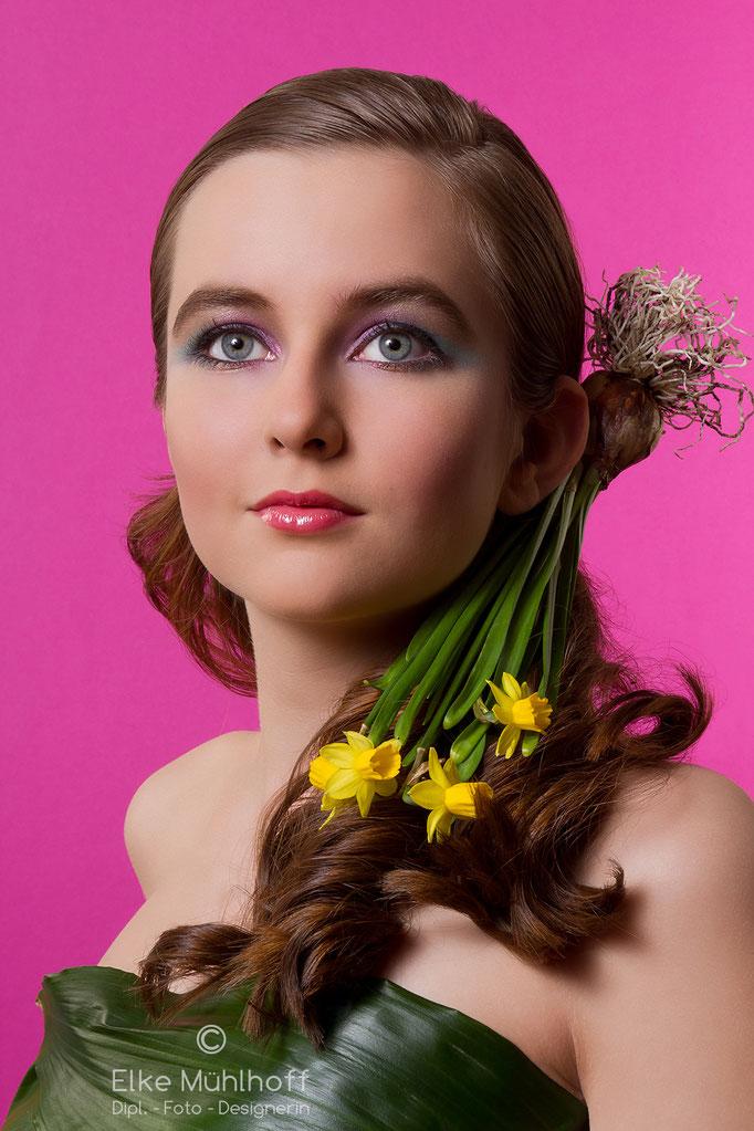 Beauty Portrait mit Blumen Narzissen,