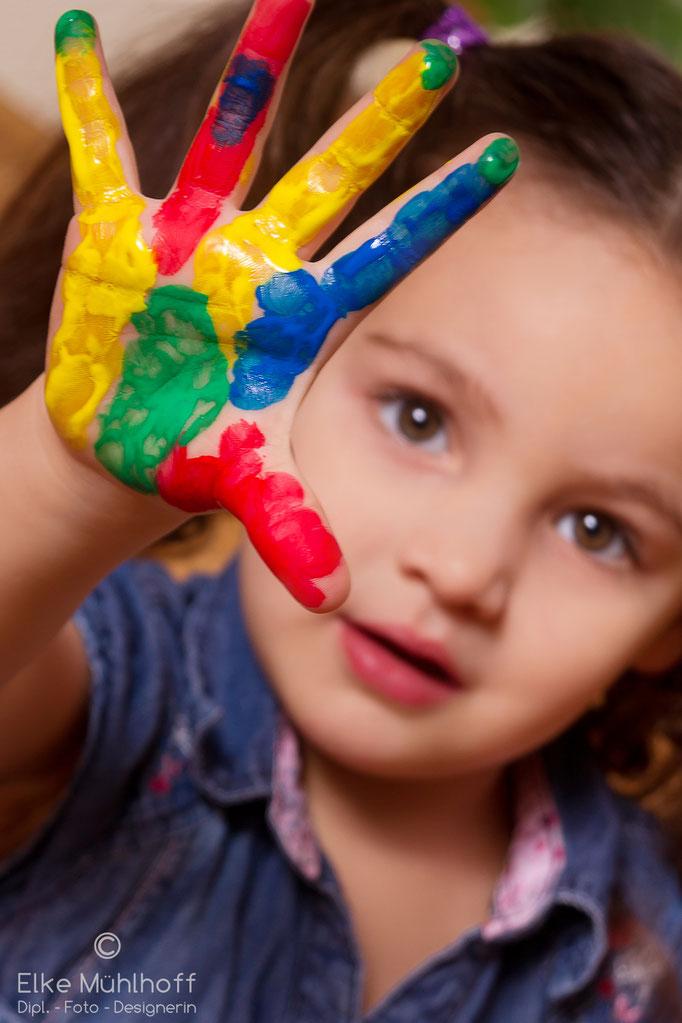 Kind Foto Portrait mit bunten Fingern