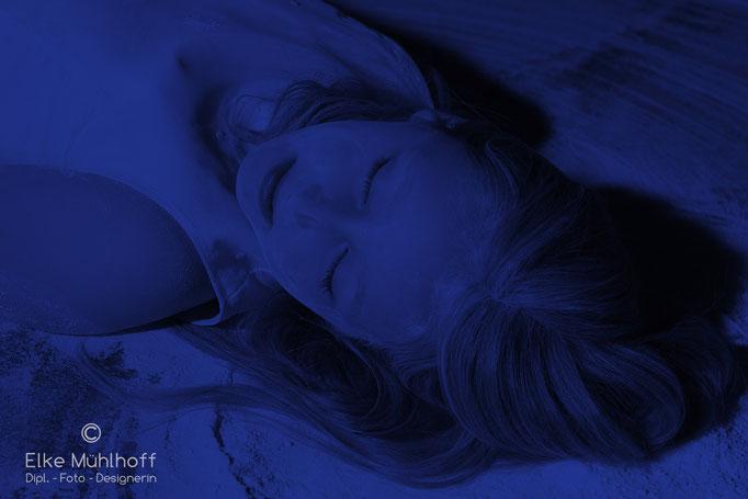Mädchen Portrait mysteriös blau