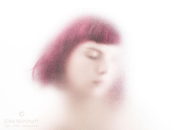 Beauty Portrait hinter Glasscheibe bunt hell zart