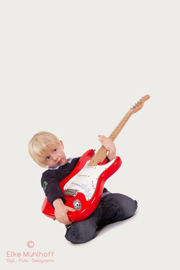 Junge mit Gitarre Kind Portrait
