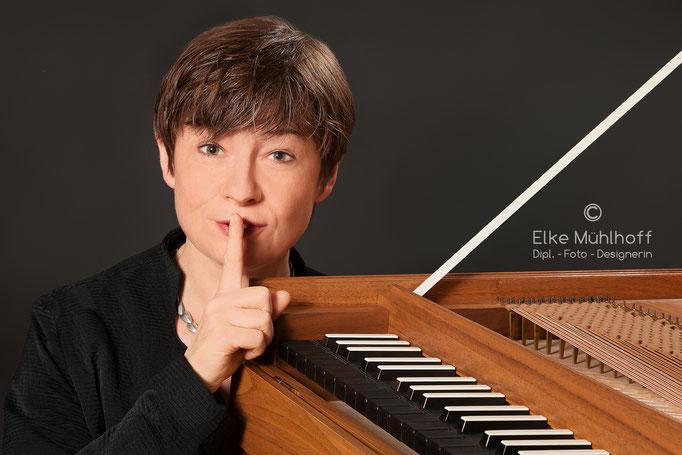 Musiker Portrait mit Instrument  Sigrun Stephan