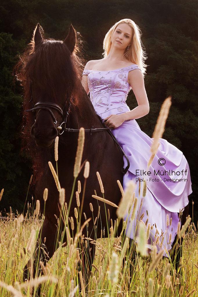 Beauty Fotografie Portrait mit Pferd Friese auf Wiese
