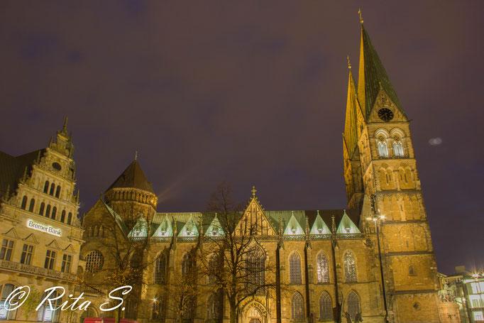 Die Nordseite des St. Petri Doms bei Nacht