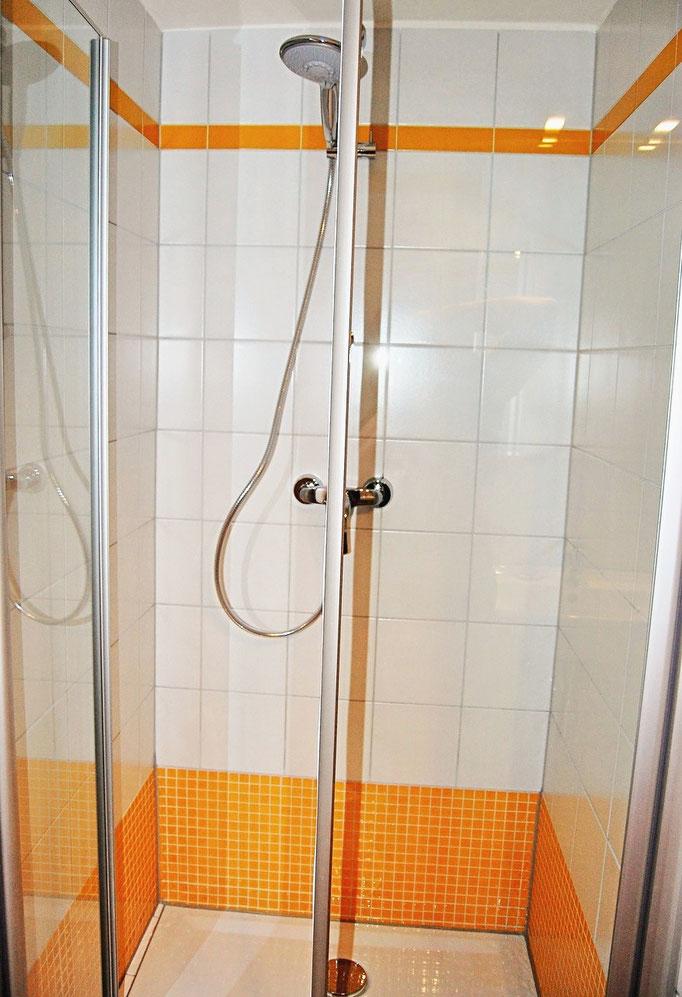 """Die Duschkabine hat einen bodengleichen Eingang (""""ebenerdig"""")"""