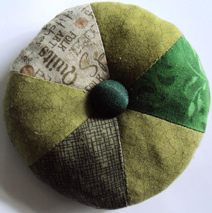 Nadelkissen, Durchmesser 10 cm, auch zum Anbinden an die Nähmaschine, gibst´s in allen Farben