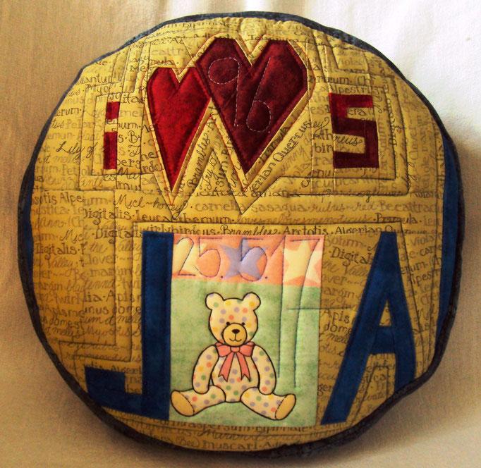 """""""JA"""" zur Geburt und """"I+S"""" zur Hochzeit in einem Kissen, Durchmesser 30 cm"""