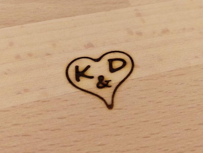 Brandzeichen auf Holz (Buche) mit Initialen im Herz