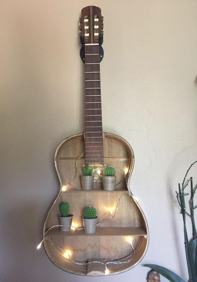 Finalisation de la guitare avec décoration lumineuse et bougie cactus