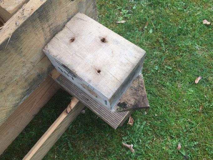 Um die waagerechte Sitzfläche herzustellen, nah ich wiederum alte Vierkantholz-Reste. Das mittlere Holsbrett hat eine Spitze, mit der ich das Verrutschen der Konstruktion verhindere.