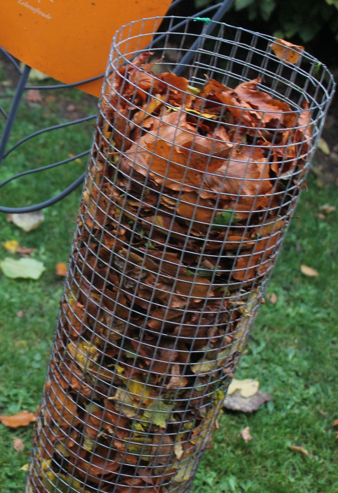 Praktisch, in den Zylinder aus Draht wird das Laub einfach reingestopft