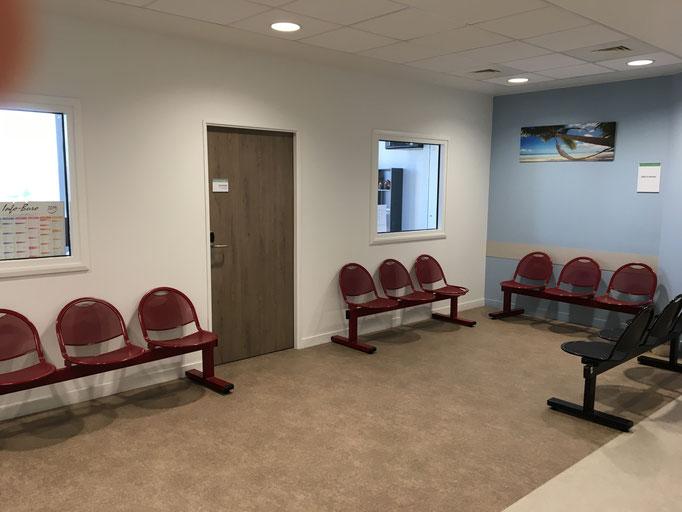 Salle d'attente des Dr Javelot et Rémi. La porte de la secrétaire est ouverte toute la semaine sauf les après-midis des mercredis et jeudis