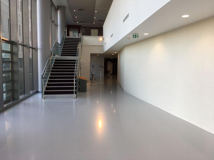 Dans le hall de la clinique, dirigez vous à gauche pour l'hospitalisation