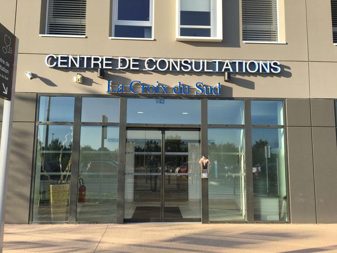 Entrée du bâtiment de consultation : à gauche pré-admission au RDC et anesthésistes au 1er , à droite ascenseur B pour le 6ème en orthopédie