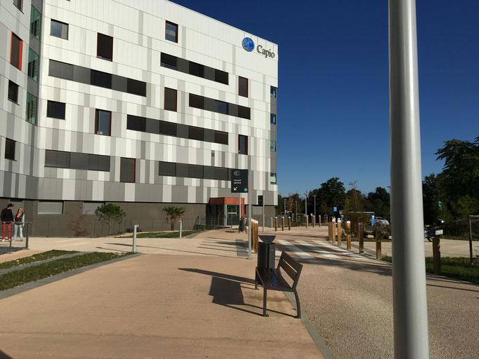 Pour l'ambulatoire, dirigez vous côté droit de la clinique. C'est au premier étage que vous serez accueilli.
