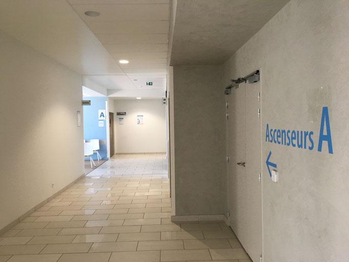 Dans le bâtiment de consultation, au RDC, les pré-admissions sont à gauche en rentrant.