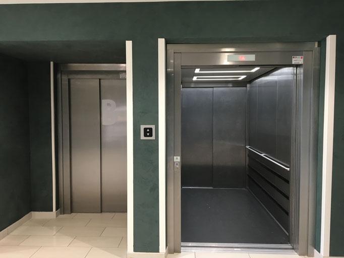 chaque ascenseur est indépendant. La commande centrale est à ignorer.