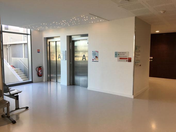 Voici les ascenseurs de la clinique du côté gauche, tapez 4 pour l'hospitalisation au 4ème A : c'est le service d'orthopédie
