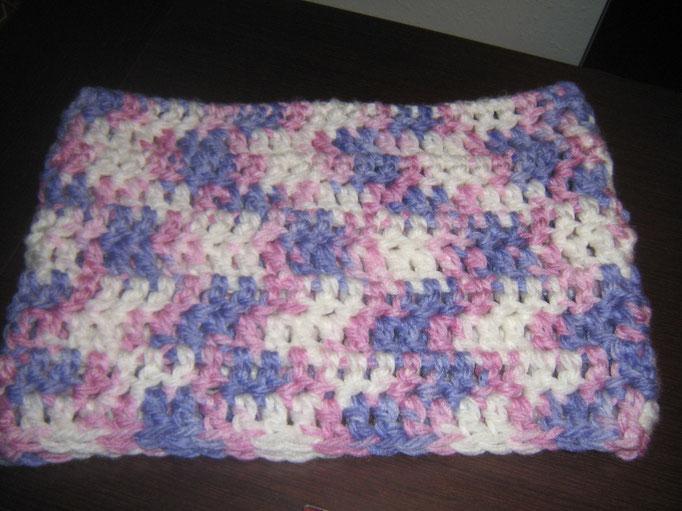 Buff hecho de ganchillo con lana de tonos rosa, lila y blanco.