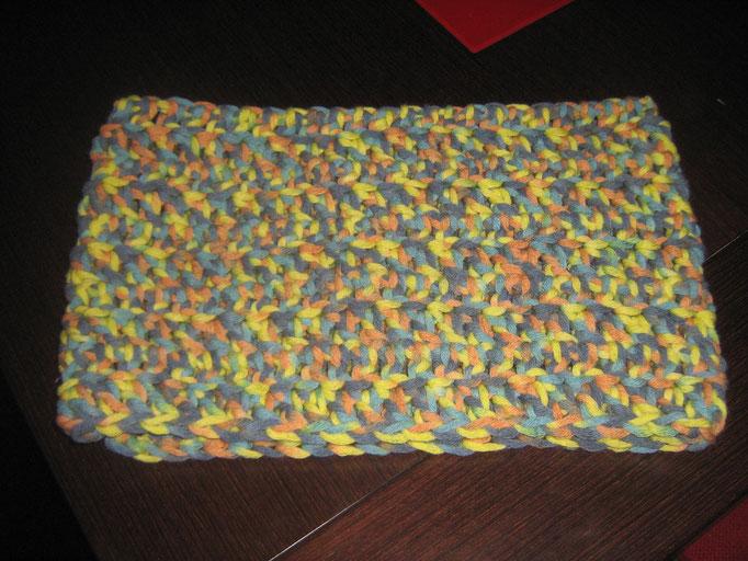 Buff hecho de ganchillo con lana de colores.