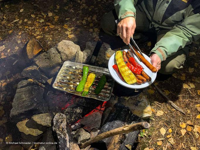 An den Wanderhütten liegt oft Feuerholz bereit.
