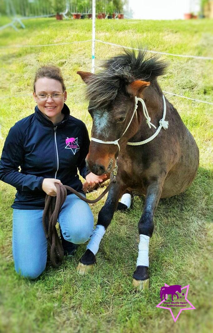 Yvonne Katzenberger mit Rony. Das Pony sitzt: Das Sitzen erfordert viel Kraft in den Vorderbeinen